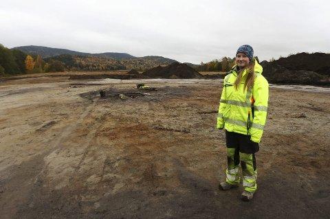 Fire graver: Arkeolog Stine Urke Brunstad har gravd på Stubberudjordet i fem uker. Tre gravhauger og en mindre grav er avdekket.Alle foto: Lena Malnes