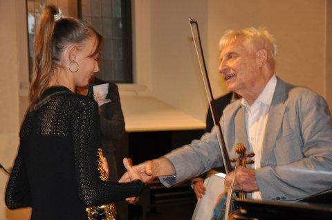BELØNNET: Luna Isabell Hansen Lopez (12) fra Sande ble søndag tildelt Arve Tellefsen-prisen i Stavern kirke.
