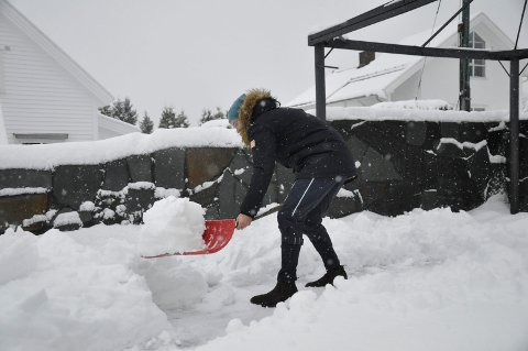 GOD TRENING: Mange får en treningsøkt med skuffe eller skyffel etter det siste snøfallet. Illustrasjonsfoto: Ann Kristin Saastad