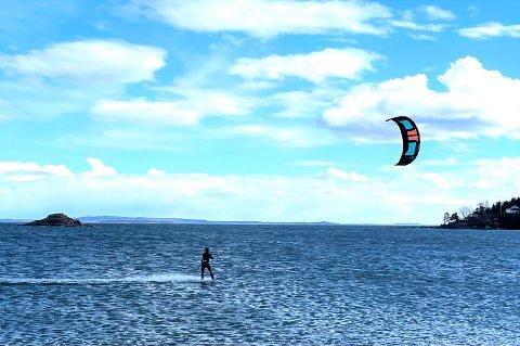 POPULÆR SPORT:  Med vind i seilet kan du få god fart på kitingen. Her utenfor Bjerkøymoloen.