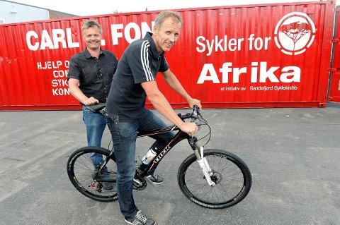 Vil fylle flere: Jarle Hillestad  fra Carl C. Fon og  Rune Steinsvik (t.v.) leder i Sandefjord Cykleklubb, fyller gjerne mange containere som dette med sykler fra russer-grensa.Arkivfoto:  Olaf Akselsen