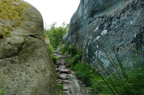 Tursti: Veien opp til Tønsberg Tønne går blant annet gjennom en passasje mellom fjellene.