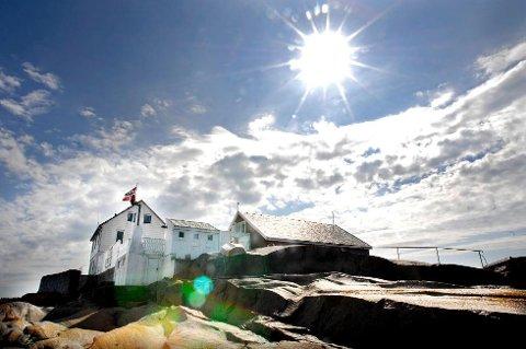 Slik ser vi gjerne sommeren i Vestfold. Bildene som dukker opp når du sjekker tilgjengeligheten på kystledhyttene lukter av salt, frisk luft og engblomster. Her er kystledhytta på Fulehuk i Ytre Oslofjord badet i sol.
