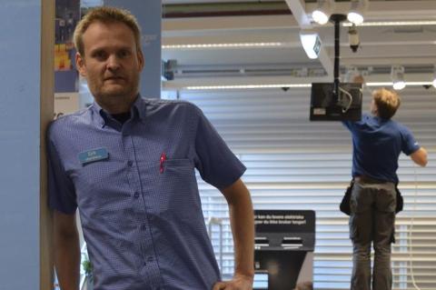 Siste innspurt: Tirsdag var det fortsatt håndverkere i sving i lokalene til butikksjef Erik Pedersen. Alle foto: Jan Roaldset