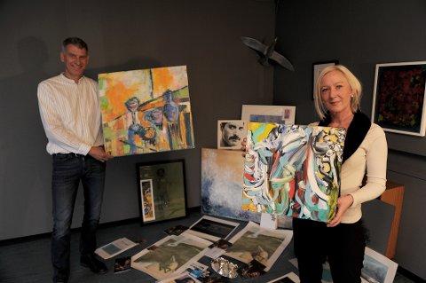 Auksjon: Monika Blix (prosjektleder for TV-aksjonen i Sandefjord Røde Kors) viser frem noen av kunstverkene som har blitt gitt til årets TV- aksjon. Til venstre står Ruben Schulkes ( medlem i prosjektgruppen til Sandefjord Røde Kors.)