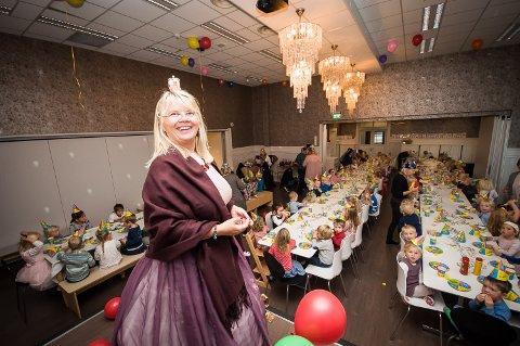 FEIRET MED STIL: Prinsesse Hilde Ellingsen, til vanlig daglig leder i Sole barnehage, hadde stelt i stand en skikkelig bursdagsfeiring for barna og de ansatte i barnehagen.