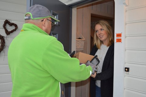 PAKKA ER KOMMET: Tor Asphaug fra Bring sørger for at Gry Buøen får de bestilte reseptbelagte medisinene hjem.