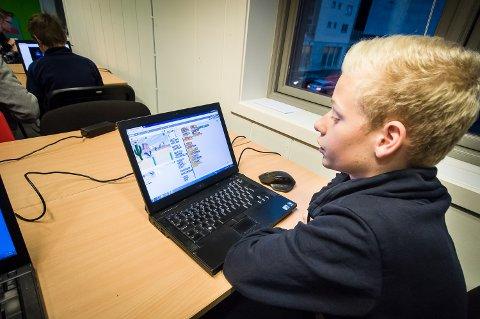 UNG KODER: Emil Smith Lillevik (13) viser hvor langt han har kommet i programmeringen av spillet Flaksefugl.