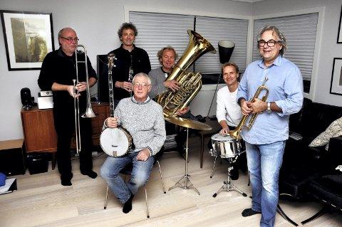 TIL SPANIA: F.v Jørn Johannessen (trombone), Knut Rømo (klarinett, altsax), Johnnie Harper (banjo, gitar), Hans Magne Enge Hansen (tuba), Knut G. Stenersen (trommer, vokal), Geir Ellefsen (trompet).