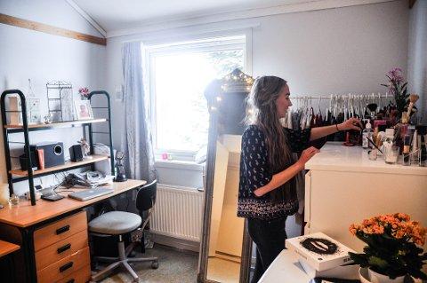 TRIVES: Kaja Iversen (18) fra Hurum har bodd på Gjennestad i nesten tre år.