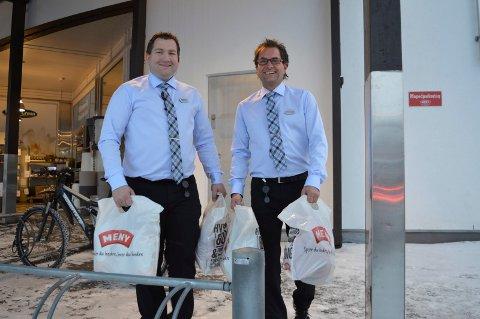 BÆREPOSER: Butikksjef Kenneth Bolt (t.v.) og kjøpmann Hans-Gunnar Wolf gleder seg til å levere bæreposer til kundene på nyåret.