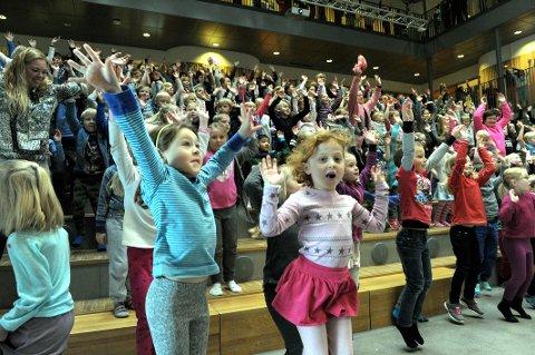 BlirM: Elevene ved Haukerød skole danset fredag formiddag i skolens aula.