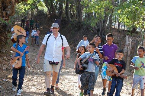 PÅ BESØK: Festivalsjef Petter Ohrem i Fjordblues har besøkt musikkskolen i Nicaragua flere ganger. I februar håper han å få se en barnehage under bygging.
