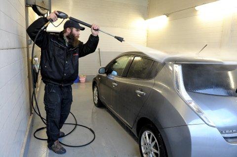 Andre Myhre vasker biler profesjonelt, og ser at mange slurver med bilholdet.