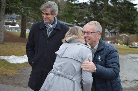 VARM KLEM: Kodal-rektor Anette Andal gir gruppeleder Tor Steinar Mathiassen en varm klem for beskjeden om at skolen blir ny. I bakgrunnen en smilende ordfører Bjørn Ole Gleditsch.