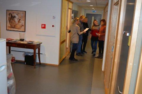 NESTEN ALLE BLIR BORTE: Det blir glissent i tredje etasje. Her diskuterer Ingunn Grude (f.v.), Øystein Høyem, Torild Hansen, Gina Korneliussen og Tove Beate Fonn framtida.