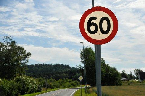 OVERSÅ SKILT: Den siktede mannen overså et 60-skilt, og trodde han kjørte i en 80-sone. Det kostet ham dyrt. Illustrasjonsfoto: Sigurd Øie