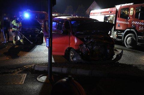 SKADER: Begge bilene fikk store skader i front.