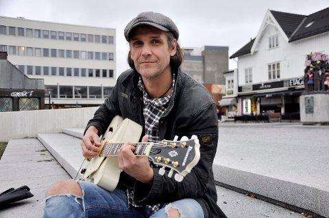 TRUBADUR: Elling Sollie Hem spiller lørdag på Knaus pub på Framnes sammen med pianist Gunnar J. Hansen.