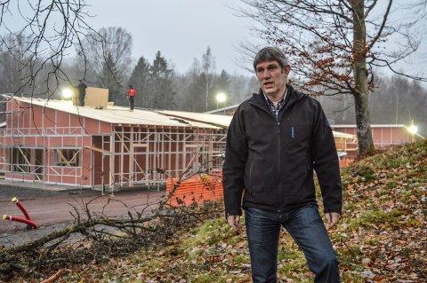 NYBYGG: Ken Davidsen foran de seks boligene som er under bygging på Hoksrød i Andebu sentrum.