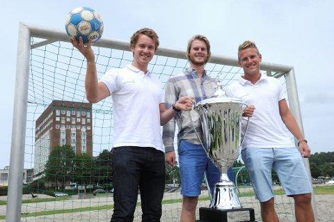 – HELT KONGE: Steffen Dusik Sjaavik (fra venstre), Håkon Osland Sandvik og Sindre Svadberg er svært glade for at en ny gjeng er klare for å overta Sommerfjord Beachfotball og gir med glede pokalen videre.