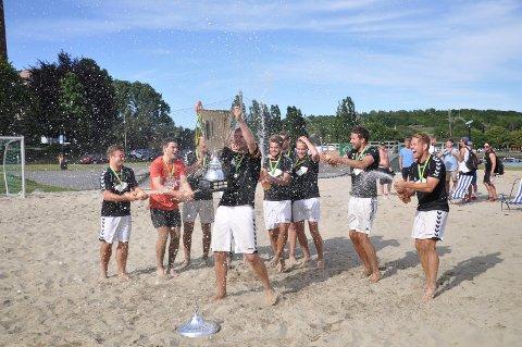 MYE GLEDE: I 2014 ledet Sindre Svadberg og hans kamerater Sommerfjord Beachfotball for aller siste gang. De vant også selve turneringen med laget Liggeunderlaget.