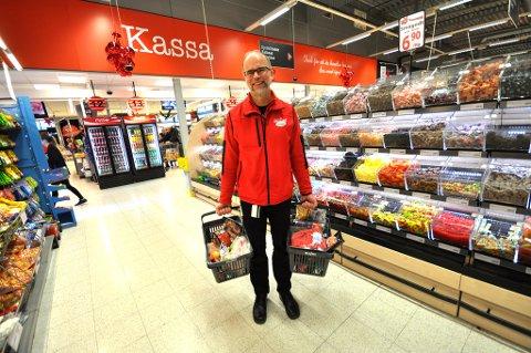KJENNER NORSKE HANDLEVANER: Butikksjef Ole Jørgen Lind hos Maximat regner med å selge nesten 100 tonn med juleribbe. Foto: Astrid Helen Holm (Mediehuset Nettavisen)