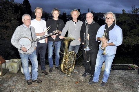 JAZZVETERANER: I 37 år har de fylt Sandefjord med jazztoner. Ikke rart at Røshnes Jazz Band er blitt en kulturinstitusjon! F.v Johnnie Harper (banjo, gitar), Knut G. Stenersen (trommer, vokal), Knut Rømo (klarinett, altsax), Hans Magne Enge Hansen (tuba), Jørn Johannessen (trombone) og Geir Ellefsen (trompet).
