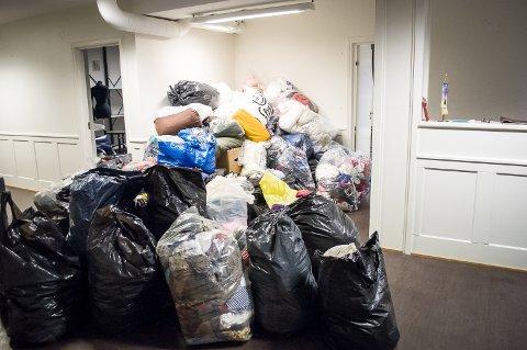 MYE KLÆR: Det var en solid haug med klær og andre gjenstander som ventet på å bli flyttet over i varebilen.