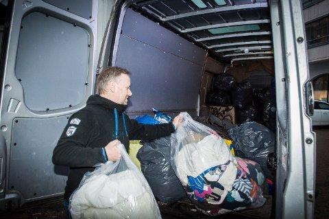 FØRSTE ETAPPE: Varebilen tar donasjonene til et lager i Oslo. Når Geir Ove Kvalheim har fått samlet inn fra de andre stedene også, laster de over i lastebiler og setter kursen mot Hellas og Lesvos.