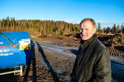 HAR TOMT: Stokke-ordfører Erlend Larsen med den aktuelle tomta: Skogområdet bakenfor der det i dag foregår anleggsarbeider i forbindelse med et annet prosjekt.