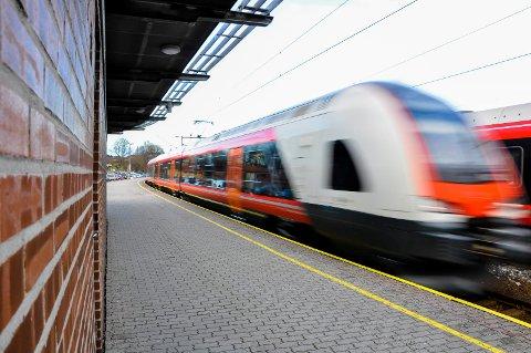 Jernbanestasjonen Tønsberg. Vestfoldbanen. Toget til Oslo. Pendlere. Toget. NSB. Jernbaneverket. Flirt. Flirt-toget.