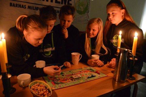 Påskeegg og brettspill: Miljøagentene ved Gokstad skole, 11-åringen Sunniva Pettersen (f.v.), Magne Elias Metveit Wallin (10) og Linus Torp Bergsvåg (11), anbefaler blant annet Monopol, Fantasi eller kort som underholdning under «Earth Hour».