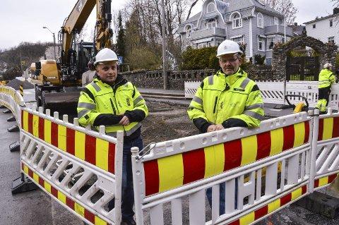 Gravearbeidet er i gang: Arianit Neziri (t.v.), avdelingsingeniør i kommunalteknisk planavdeling og Vidar Hov, driftsleder i vann- og avløp, opplyser om kjøreendringer.