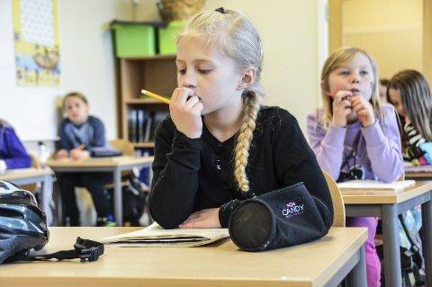 Leksegrubler: Tre halvtimer i uka får Celina G. Sørlie (9) og de andre 3.klassingene ved Unneberg skole leksehjelp på skolen av lærer og assistent.