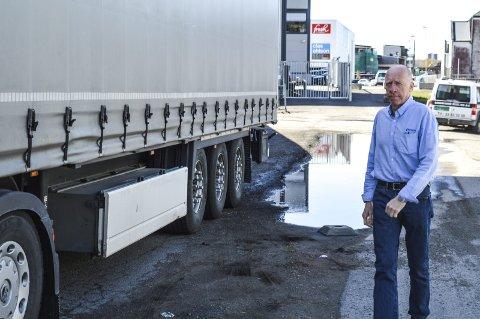 Plassmangel: Daglig leder Bjørn Terje Røed viser hvordan trailerne fra utlandet vil måtte kjøre og parkere i det planlagte fortauet i Hegnasletta. Foto: Jan Roaldset