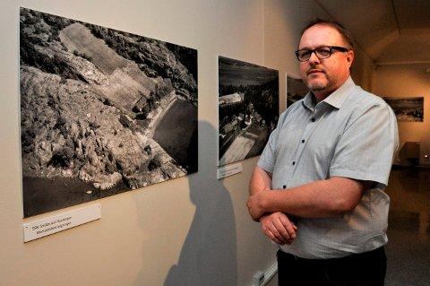 SKRÅBLIKK: – Bildene på utstillingen er såkalte skråfoto som er tatt fra luften, forteller Hvalfangstmuseets Dag Ingemar Børresen.