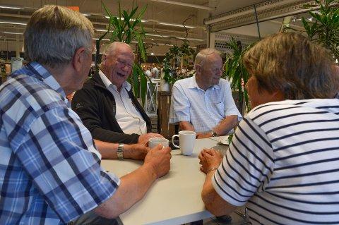 Det er tid for kaffe og tullprat: Yngve Rismyhr (f.v.), Erik Kristiansen, Ole Kval og Gro Kval (med ryggen til).