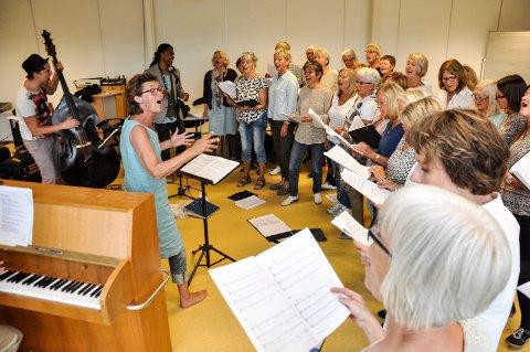 I HARDTRENING:Dirigent Nina Rambo Johannessen og Torsketruten har hatt intense helgeøvinger i oppkjøringen til søndagens kirkekonsert.
