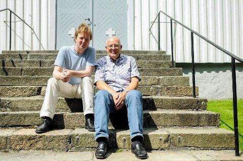 For femte gang: Fløytist Jan Junker (til venstre) og frilanskantor Ove Nilsskog er torsdag tilbake i Sandar kirke.