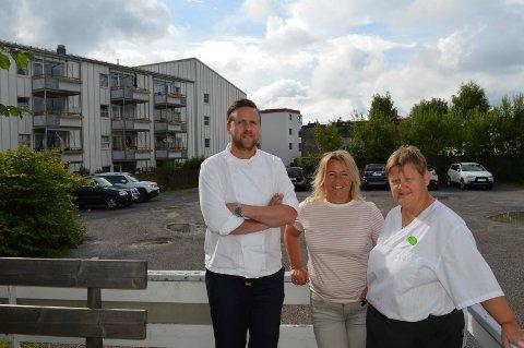 GLEDER SEG: Nybygget på Forsmannsenteret skal oppføres bak Øystein Olsen (f.v.), Rose-Marie Andersen og Kitt Heidi Pedersen.