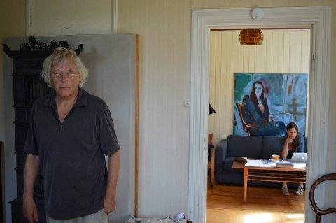 Dag Solstad går og tenker, mens kona Therese Bjørneboe tar seg av eposten hans og skriver for Klassekampen.