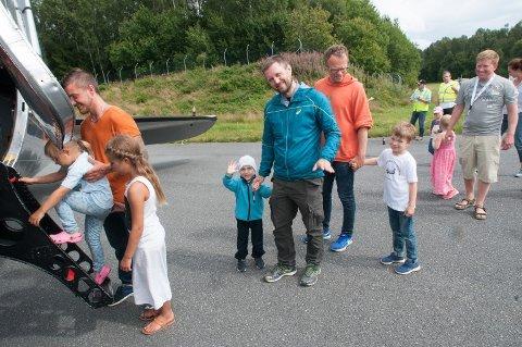 SPENT FORVENTNING: En liten gutt vinker optimistisk og spent før han sammen med pappa skal fly gammelt fly for første gang. Alle foto: Martin Nilsen, Dakota Norway.