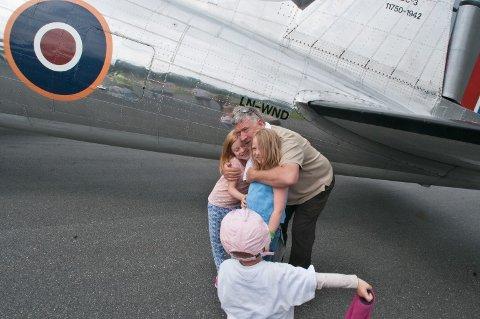 SMÅ STYRMENN: Pilot Helge Hem får klem som takk for at Ellinor (7) pg Live (6) fikk sitte på fanget hans og styre litt.  FOTO: Martin Nilsen