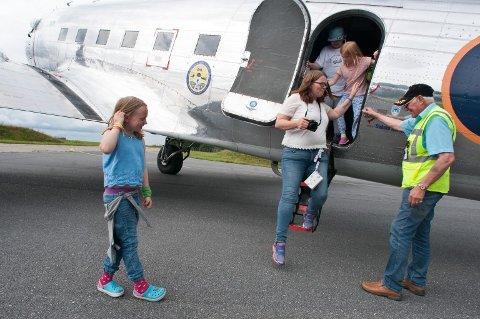 LEIRLEDER: Hege Kristiansen hjelpes ut av flyet av Thorleif Thorsen etter endt flytur.