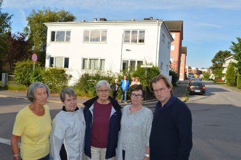 FRYKTER ETASJEHØYDEN: Beboerne i Schanches gate borettslag protesterer, her representert ved Marit Gjerdrum (f.v.), Frøydis Naug, Karin Egeberg, Rigmor Nygaard og Finn Gjerdrum og fire naboer i bakgrunnen.