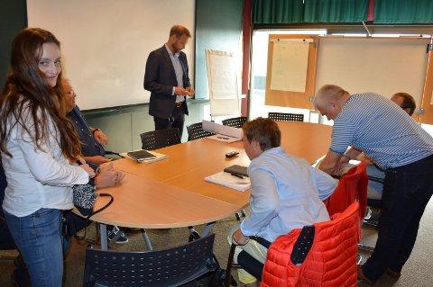 MØTESTART: Deler av prosjektgruppa før møtestart nylig, prosjektmedarbeider Lene Thomas (f.v.), Thore Helge Larsen, Geir Bjelkemyr-Østvang, Hilde Gulliksen, Roar Gunnufsen og (delvis skjult) Kjetil Haugland.