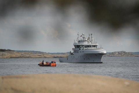 Både en liten sonarbåt og Kystvakta har hjulpet til med letingen under vann.