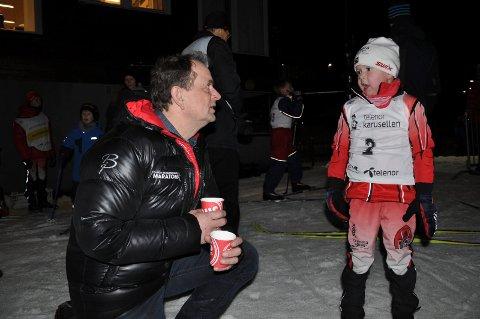 TRIVES I SKIANLEGGET: Andebus tidligere ordfører Bjarne Sommerstad er i gang med ny jobb. Forrige onsdag gjestet han skianlegget i Storos og tok en prat med de unge løperne. Her har han varm saft til Emil Lie Friis (6) som har deltatt i karusellrennet «Gøy på ski».