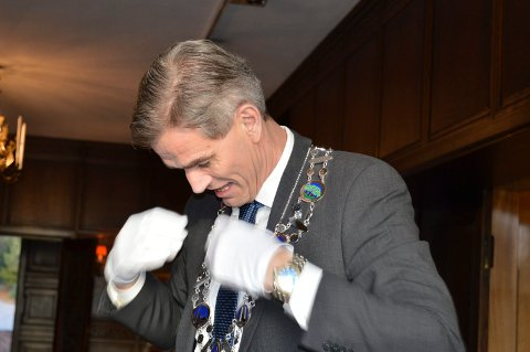 DEBUTEN: Ordfører Bjørn Ole Gleditsch har det nye ordførerkjedet rundt halsen for første gang. Han likte at det er lettere enn det gamle.